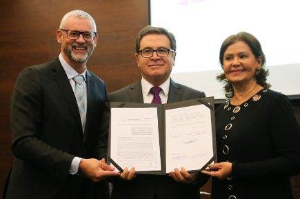 Presidente da Câmara Brasileira de Comércio e Turismo LGBT, Ricardo Gomes, ministro Vinicius Lummertz e presidente da Embratur, Teté Bezerra