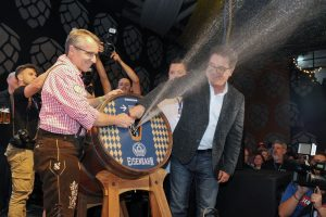 Ministro participa do momento da sangria do primeiro barril de chopp da 35ª Oktoberfest, ato inaugural da festa.