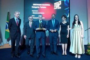 Secretário executivo do MTur, Alberto Alves, recebe o prêmio Destaque Nacional na categoria Turismo