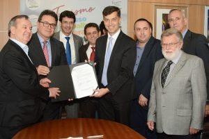 Ministros Vinicius Lummertz e Marcelo Álvaro Antônio com o prefeito de Gaspar (SC) após assinatura do contrato