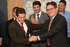 Ministros do Turismo (D) e do Meio Ambiente (E) comemoram regulamentação do turismo embarcado